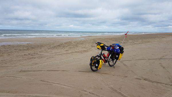 (13:40) Det er fint her på stranden ved vesterhavet men det var ikke hit jeg skulle så det er bare å snu å sykle tilbake igjen.