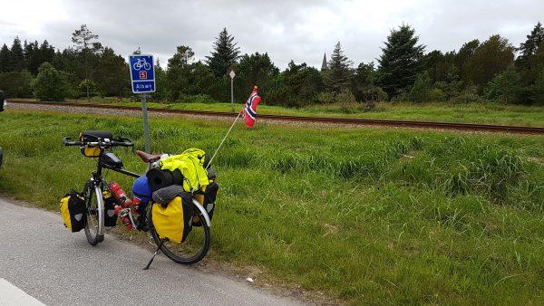 (13:00) Ca. 15 km sør for Skagen deler Sykkelrute 1 og 5 seg. Sykkelrute 1 følger vestkysten mens Sykkelrute 5 følger østkysten. Jeg skal nå følge Sykkelrute 5 videre.