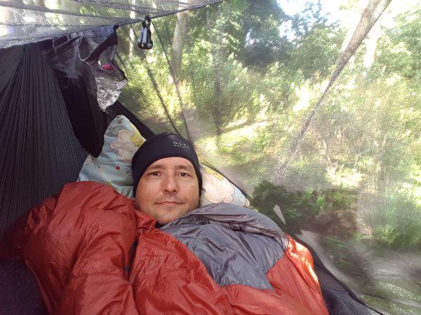(19:20) Klar for en ny natt i hammocken. Jeg har ikke satt opp tarpen ennå da det er oppholdsvær men det skal regne i løpet av natten så jeg må gjøre det før jeg legger meg til å sove. Nå ligger jeg bare å slapper av og leser. Det er behagelig å ligge i, bedre enn teltet.