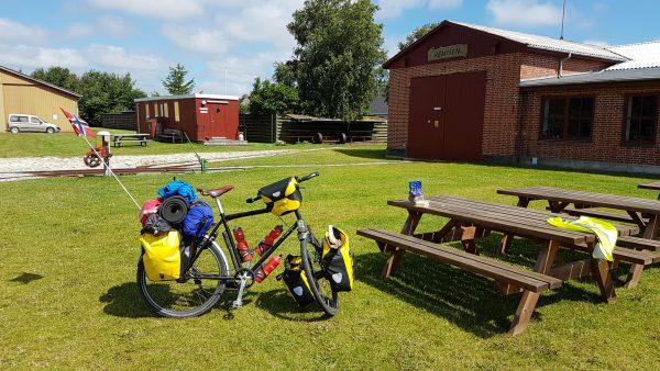 (12:00) Tid for lunsj. Det ligner litt på sommer nå men ikke helt. Sykler i det minste uten skalljakken på i dag. Er nå kommet til Dokkedal.