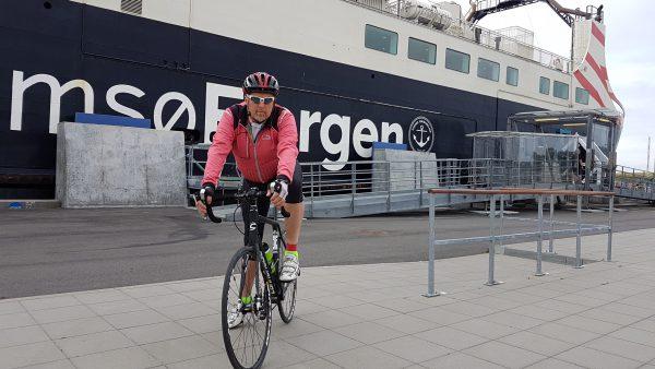 (10:10) Niels Schrøder har vært en meget god vert. Vi syklet sammen inn til Ballen der vi spiste frokost sammen og så syklet han sammen med meg ned til fergen og passet på at jeg kom på riktig vei.