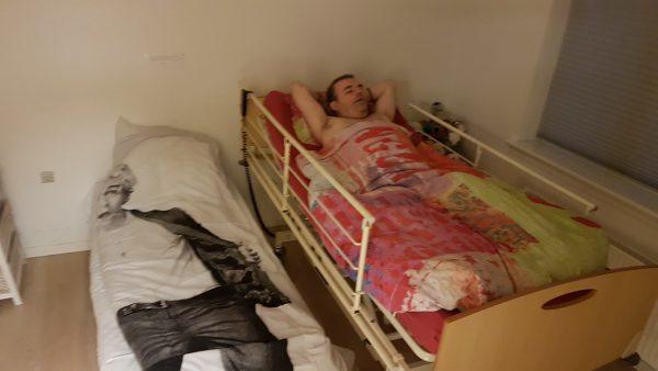 Brødrene Pløhn skal sove sammen så Johnny skal ikke sove alene.