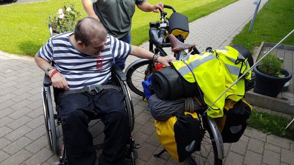 (09:30) Så skal Johnny bare sjekke sykkelen og at bagasjen sitter forsvarlig fast, så går turen videre.