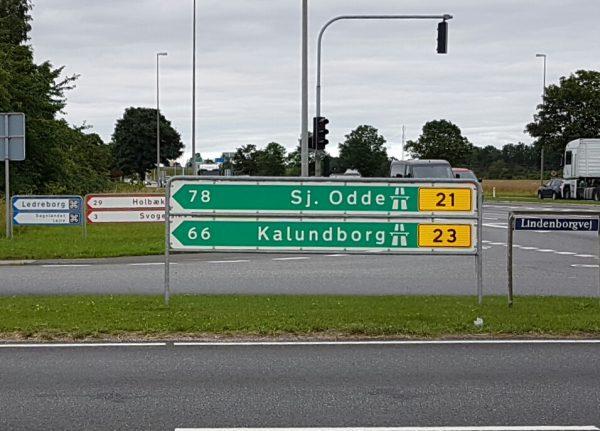 (18:05) Da jeg kom til veikryss ned dette skiltet hadde jeg syklet 86 km fra Kalundborg, så det å følge Sykkelrutene har lagt minst 20 km ekstra på turen.