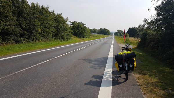 (16:51) Må innrømme at jeg synes det er litt kjedelig å sykle på sånne veier. Km på km på km med rett fram. Ikke så veldig spennende.