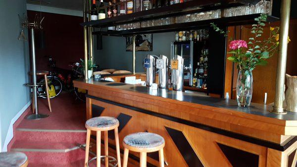 Sykkelen står lagret helt innerst i baren/restauranten for å stå trygt.