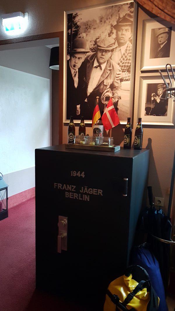 (09:04) Dansk Olsenbanden er populært her i Tyskland. De har til og med et Franz Jæger pengespill fra Berlin her på hotellet hvor jeg har bodd i natt.