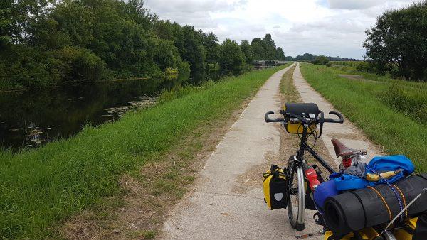 (13:52) Jeg syns det var trivelig å sykle langs elven. Ruten fulgte elven i flere kilometer.