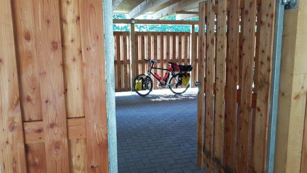 Sykkelen står lagret i et eget låst sykkelskur ca. 100 meter fra hotellet.