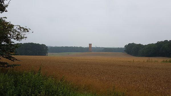 (09:59) Midt ute på en åker sto det noe som lignet veldig på et gammelt borgtårn.