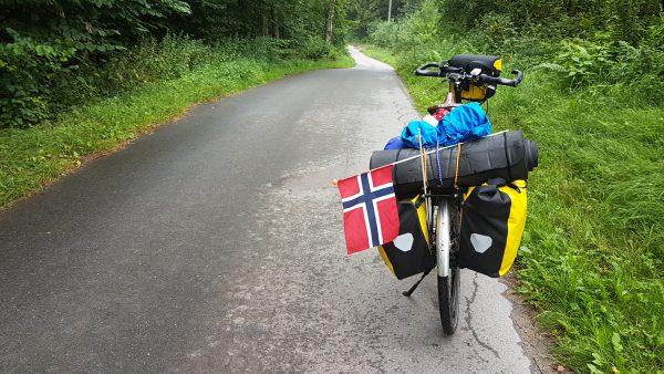 (10:10) Flaggstangen er knekt så flagget har fått en ny midlertidig plassering, og ja, det du ser litt lenger fram på veien er en bakke. Det er bakker i Nord-Tyskland.