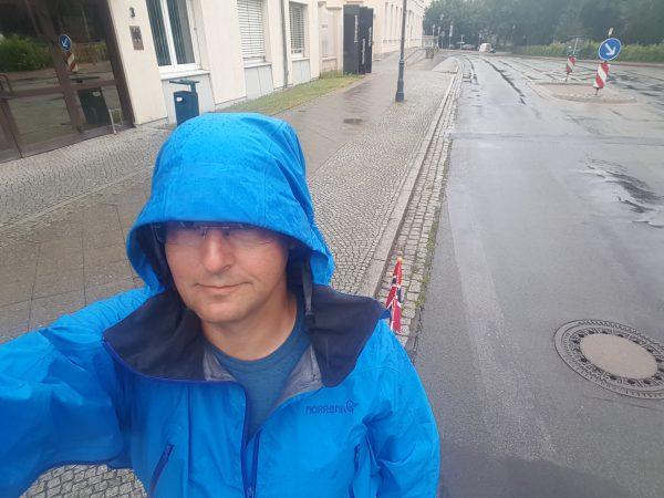 (11:20) Det verste regnet ga seg en det småregner fortsatt litt. Dagens antrekk er derfor shorts og skalljakke :-)