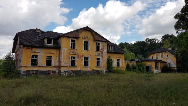 (13:23) Jeg kan ikke la være å undres på historien til et sånt stort flott hus som nå bare er en ruin. Hvor gammelt er det? Hvem bodde her? Hva har skjedd? Hvorfor er det fraflyttet og forfallent?