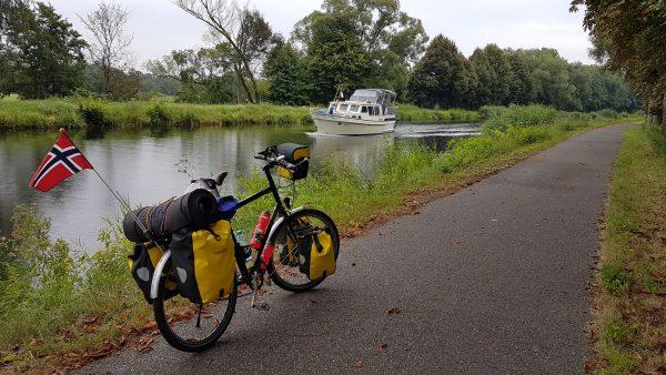 (10:30) Mye av ruten i dag går langs elven/kanalen. Jeg syns det er hyggelig å sykle her og se på båttrafikken på elven.