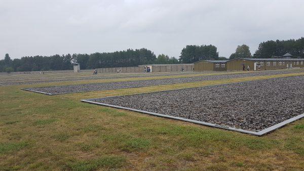 Her sto brakke 18 og 19. For de som kjenner historien om falskmyntnerne i Sachsenhausen, så var det her i disse to brakker det foregikk.