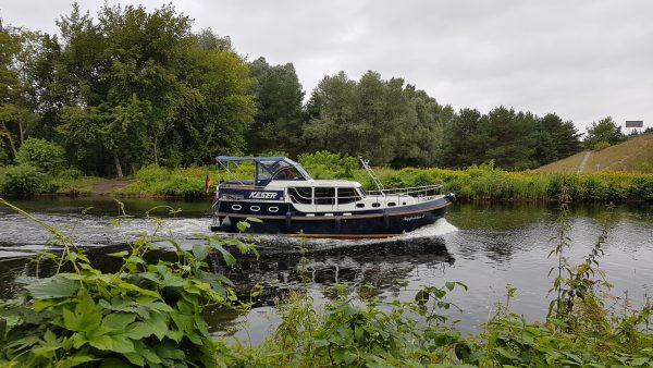 (10:37) Sykler også i dag langs hyggelig elver/kanaler med båttrafikk på.